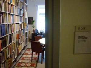Näkymä Simo Parpolan assyriologiseen kirjastoon Helsingin yliopiston Aasian ja Afrikan kielten ja kulttuurien laitoksella (huone B 208).