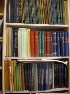 Nuolenpäätekstijulkaisuja (CT, UET, BBSt, R, TCL, YOS), assyrian ja sumerin sanakirjoja ja merkkilistoja (AHw, ŠL, IK, SG, PSD).